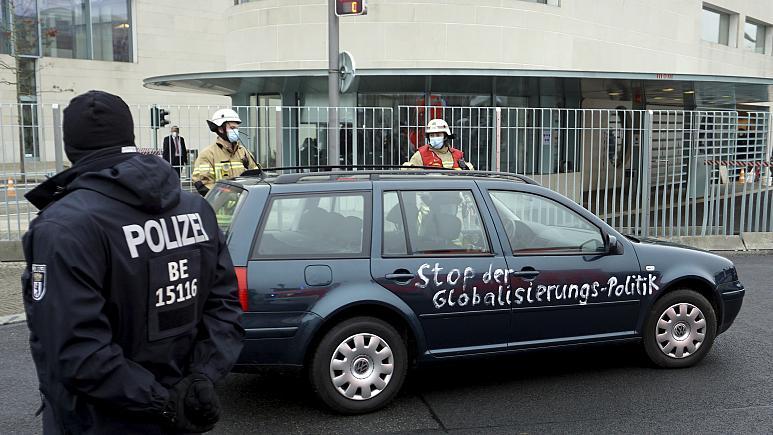 برخورد یک خودرو با درب ورودی دفتر آنگلا مرکل سايت امروز