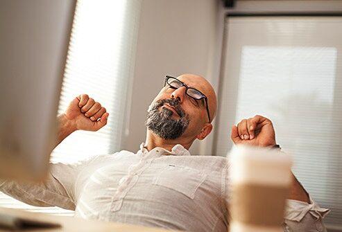مشکلاتی که نشستن طولانی مدت برای سلامتی ایجاد میکند