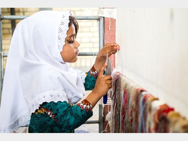 گزارشی از کارگاه قالیبافی روستایی در زهک سیستان و بلوچستان:۹ سالههای قالیباف